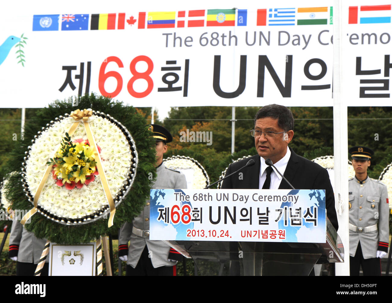 Hillton A. Dennis, Commission for the United Nation Memorial Cemetery in Korea (UNMCK) chairman, delivers commemorative remarks - Stock Image
