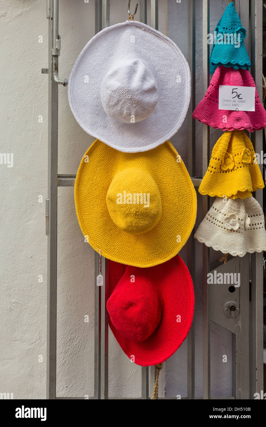 COLOURED SUN HATS FOR SALE IN MARBELLA OLD TOWN ANDALUCIA SPAIN - Stock Image