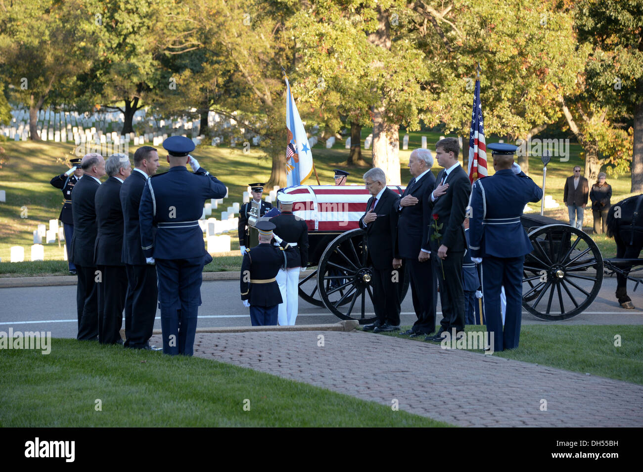 U.S. Service members of the Honor Guard and family of Gen. David C. Jones, former Chairman of the Joint Chiefs of Staff, render - Stock Image