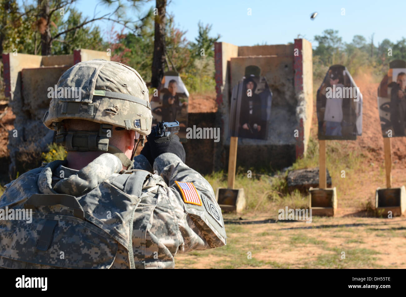Sgt. Zachery M. Pryor of Litchfield, Ill., descriminates between threat and non-threat targets during a range here Oct. 24. 2013 - Stock Image