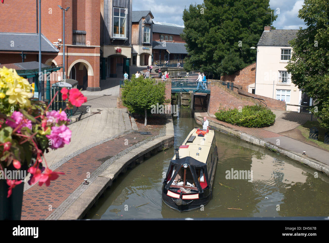Canal boat on the Oxford Canal near Castle Quay Shopping Centre, Banbury, Oxfordshire. - Stock Image