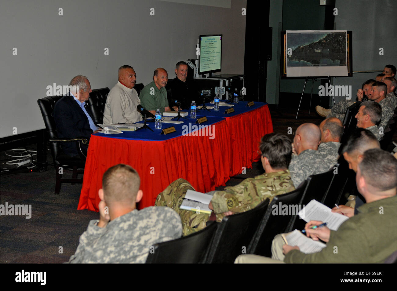 Operation Urgent Fury veterans share their experiences from the Grenada invasion with present-day division leaders at the Airbo - Stock Image