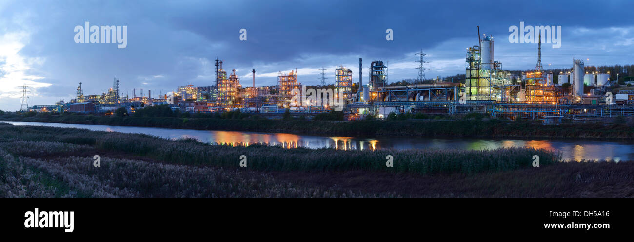Evening lights from the Ineos Chlor industrial chemical works on the River Mersey estuary in Runcorn Cheshire UK - Stock Image