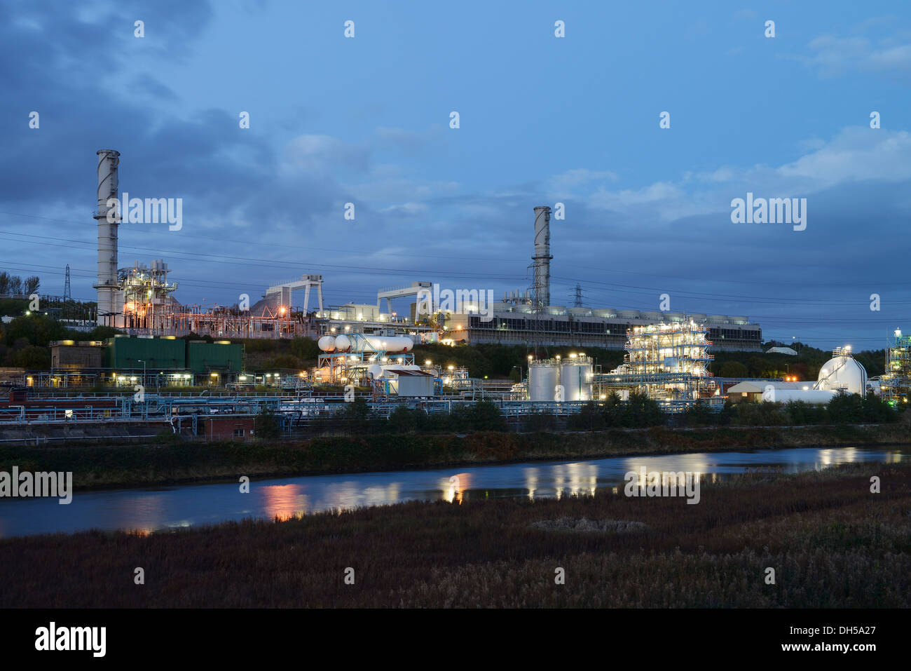 Power station alongside the Ineos Chlor industrial chemical works on the River Mersey estuary in Runcorn Cheshire UK - Stock Image