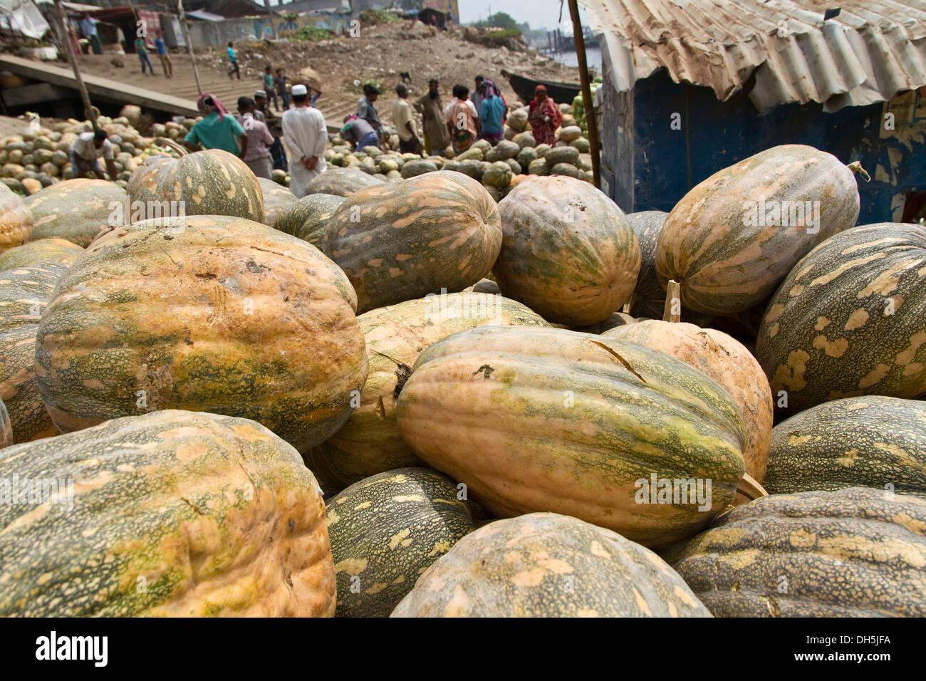 Pumpkins on a pile on the banks of the Buriganga river, Dhaka, Bangladesh, South Asia - Stock Image