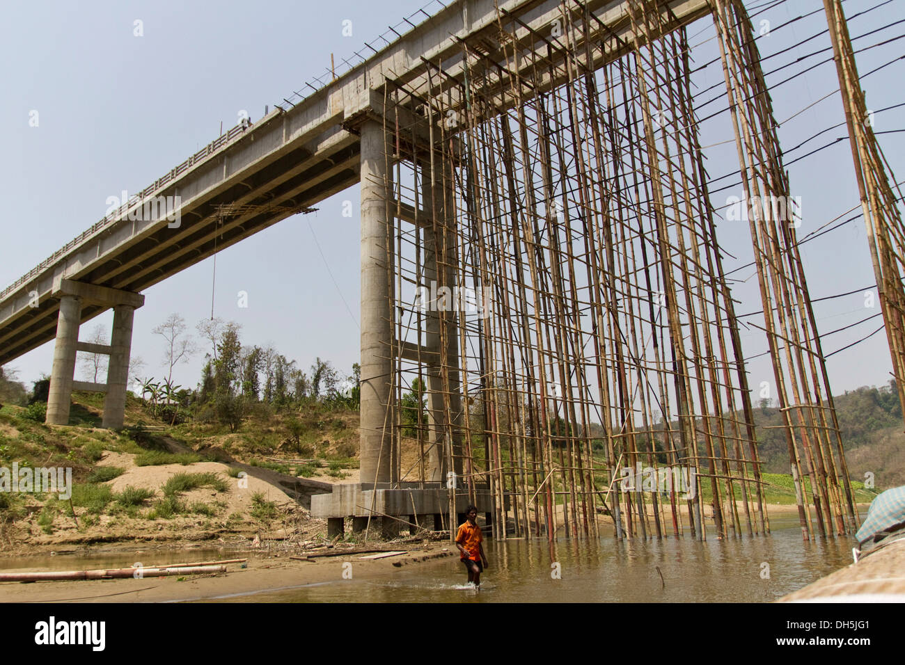 Scaffolding made of bamboo poles for the construction of a new bridge over the River Shangu, Ruma Bazar, Chittagong Hill Tracts - Stock Image