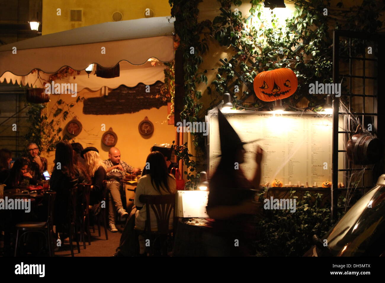 rome italy 31st oct 2013halloween night on the streets of trastevere in rome italy credit gari wyn williamsalamy live news