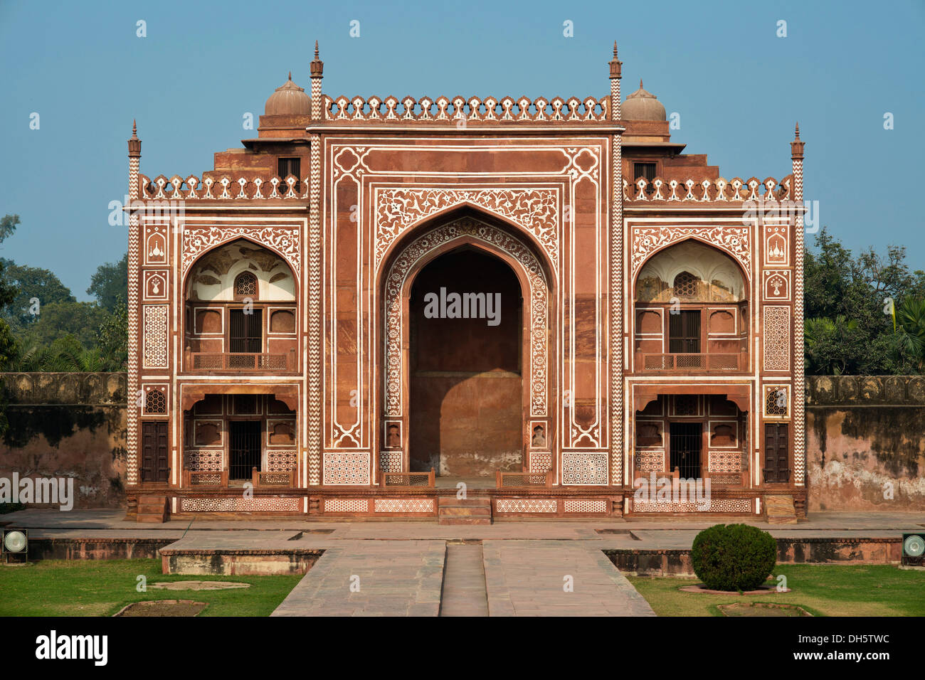 Gate building with red sandstone slabs and delicate marble inlays to the Islamic mausoleum of I'timād-ud-Daulah Stock Photo
