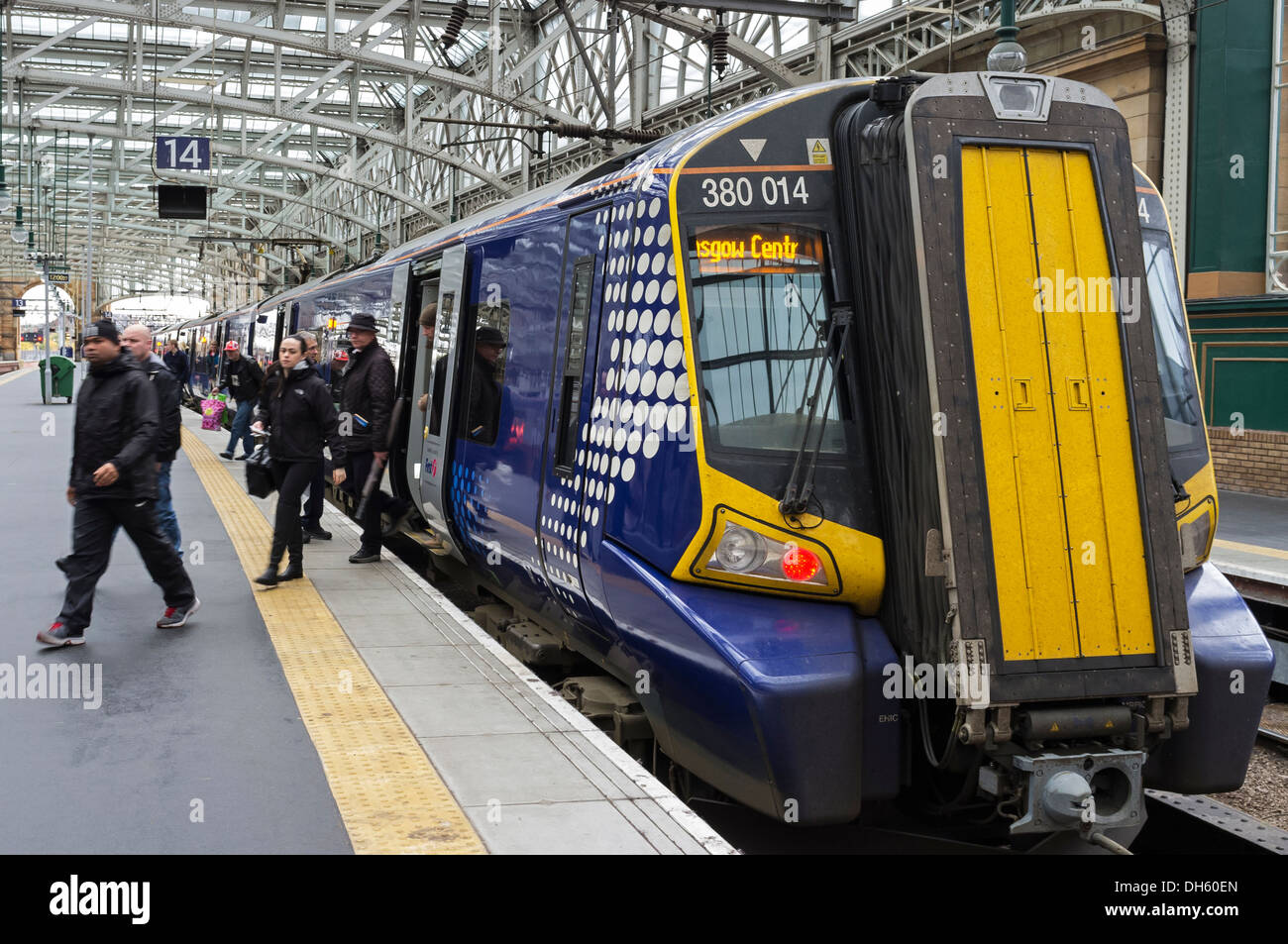 Passengers getting off an intercity train at Glasgow Central Railway station, Glasgow, Scotland, UK - Stock Image