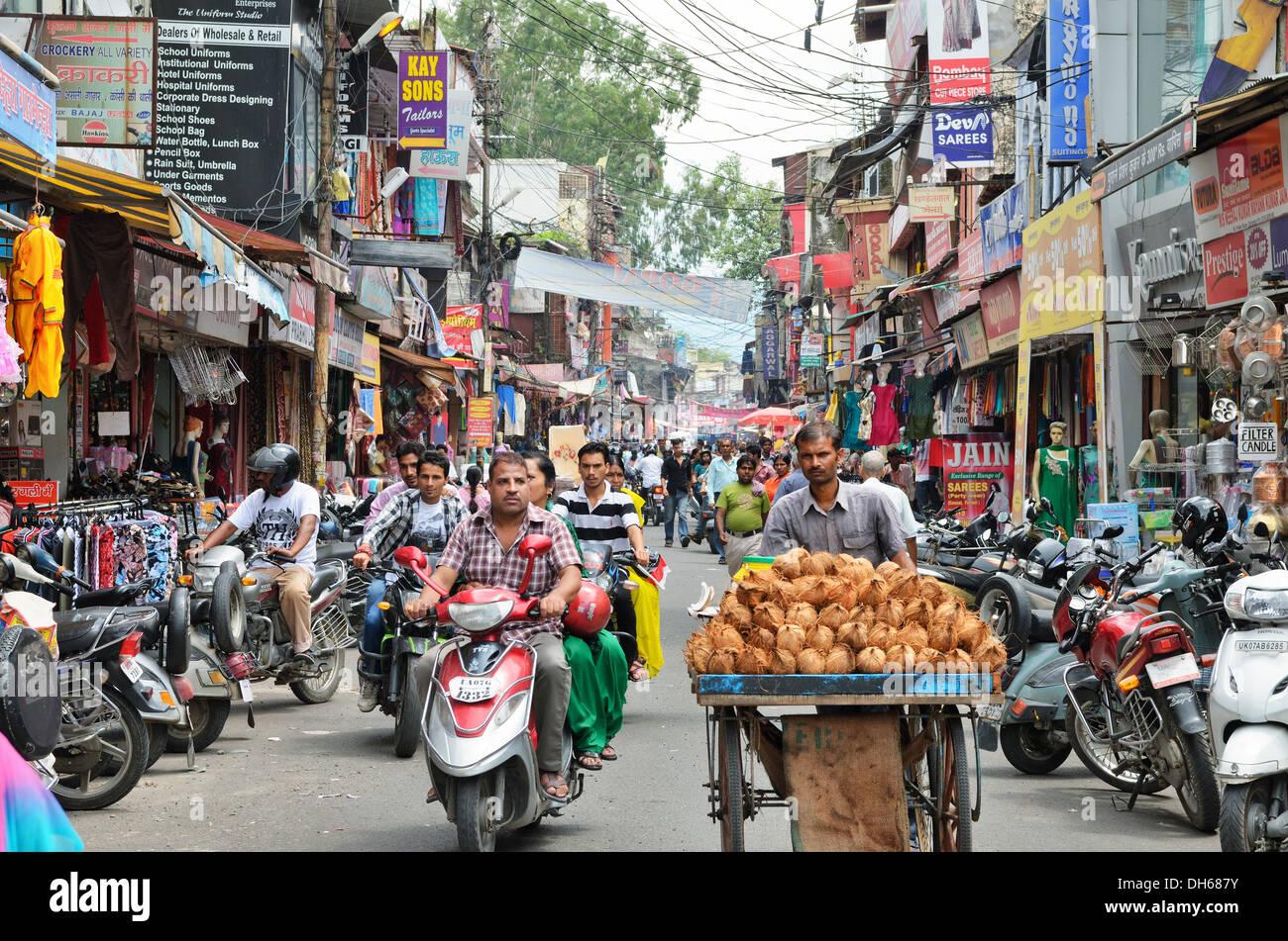 Busy street in Dehradun, Uttarakhand, India - Stock Image