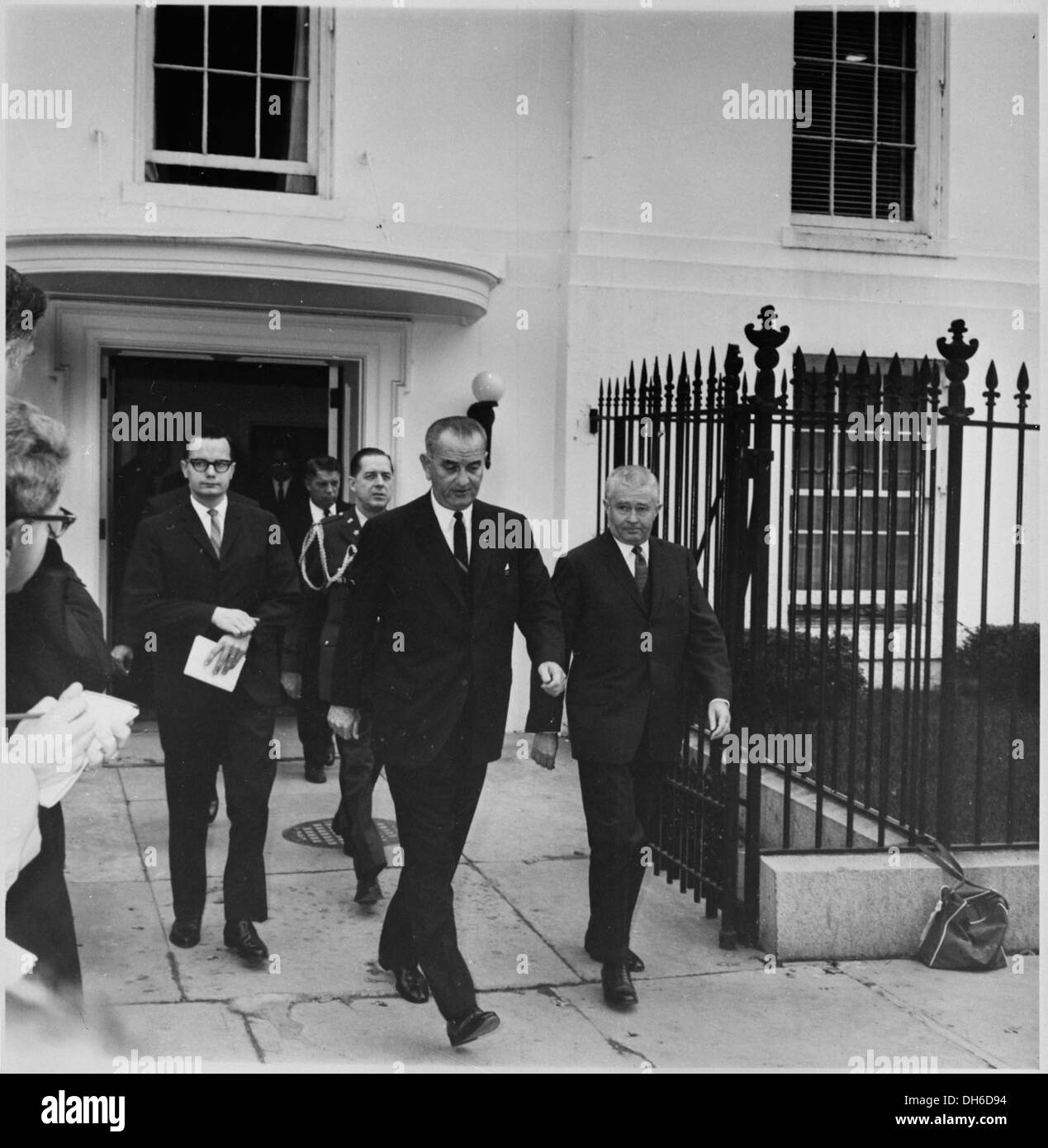 Photograph of President Lyndon B. Johnson leaving the White House, accompanied by aides, during the weekend of... 200447 - Stock Image