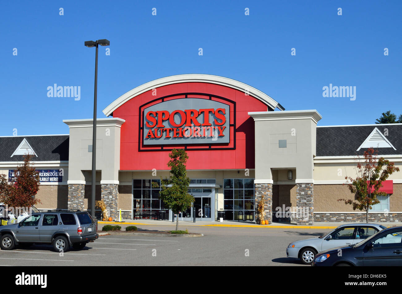 Exterior of a Sports Authority retail store with cars in parking lot. USA - Stock Image