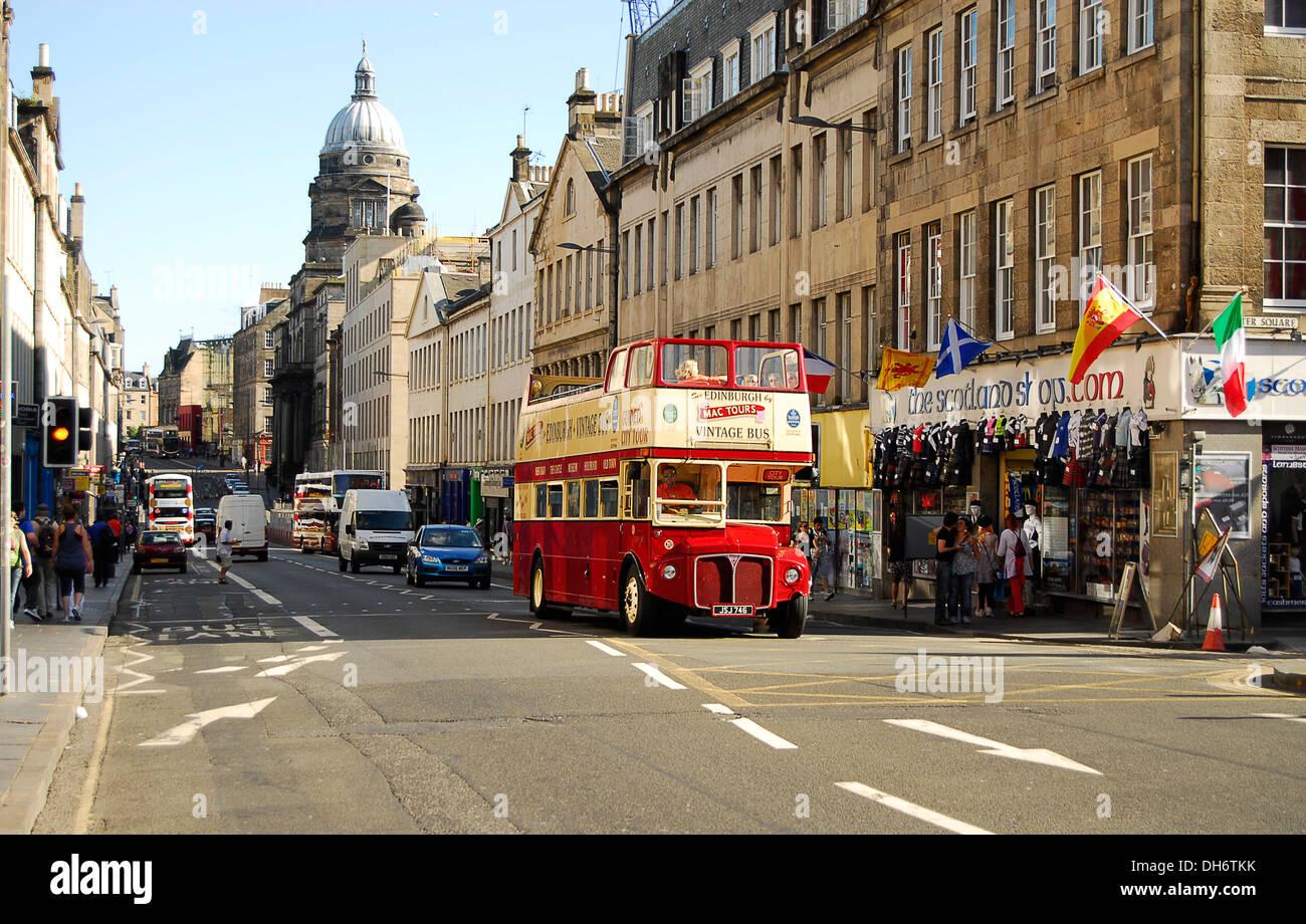Calle de Edimburgo en vacaciones - Stock Image
