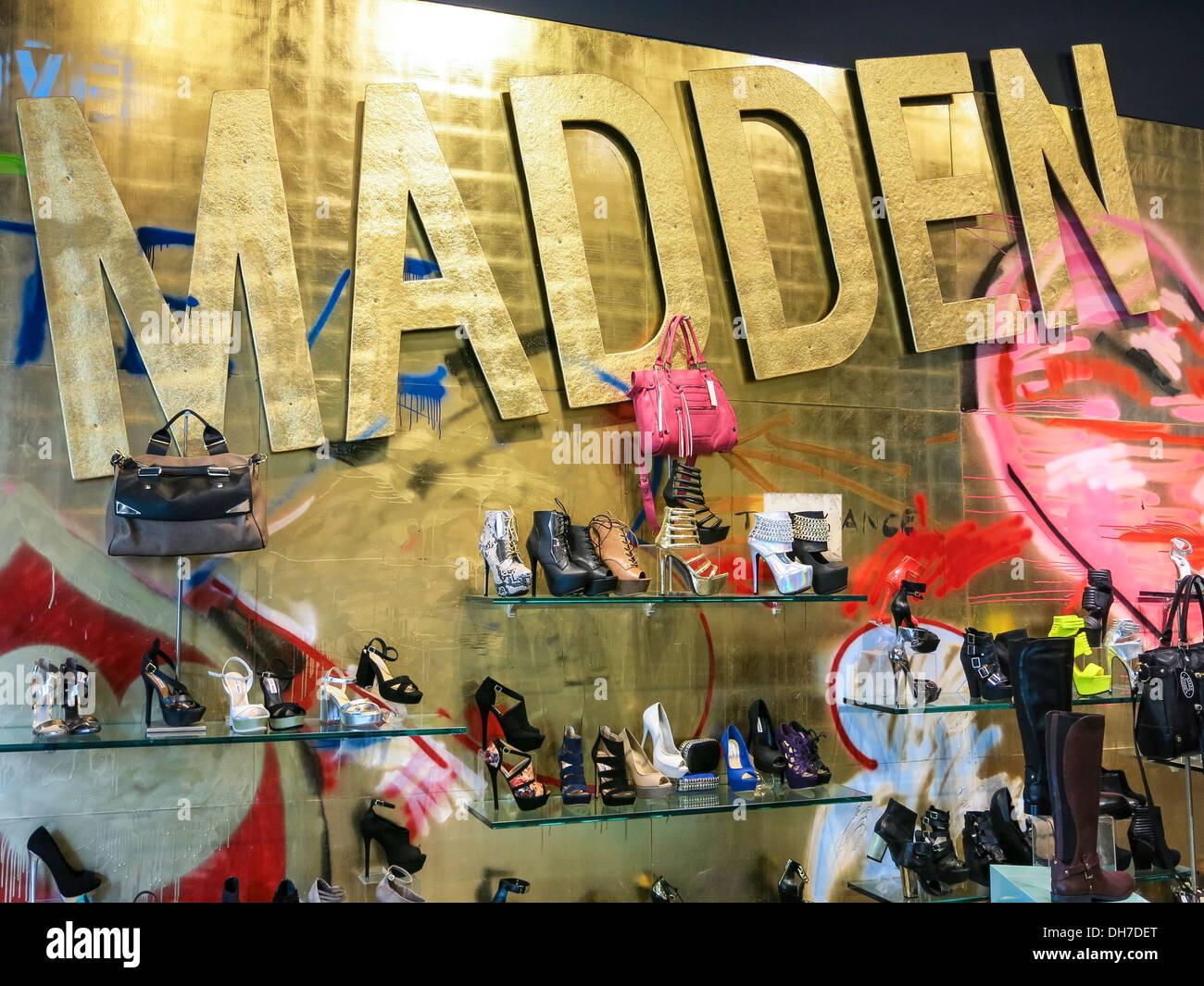 Momento entre Sherlock Holmes  Steve Madden Store on Fifth Avenue, NYC Stock Photo: 62244528 - Alamy