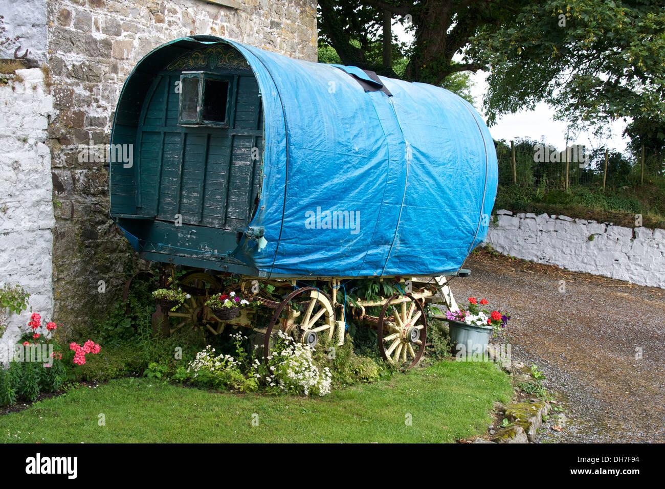 Old wooden travellers caravan in state of disrepair. - Stock Image