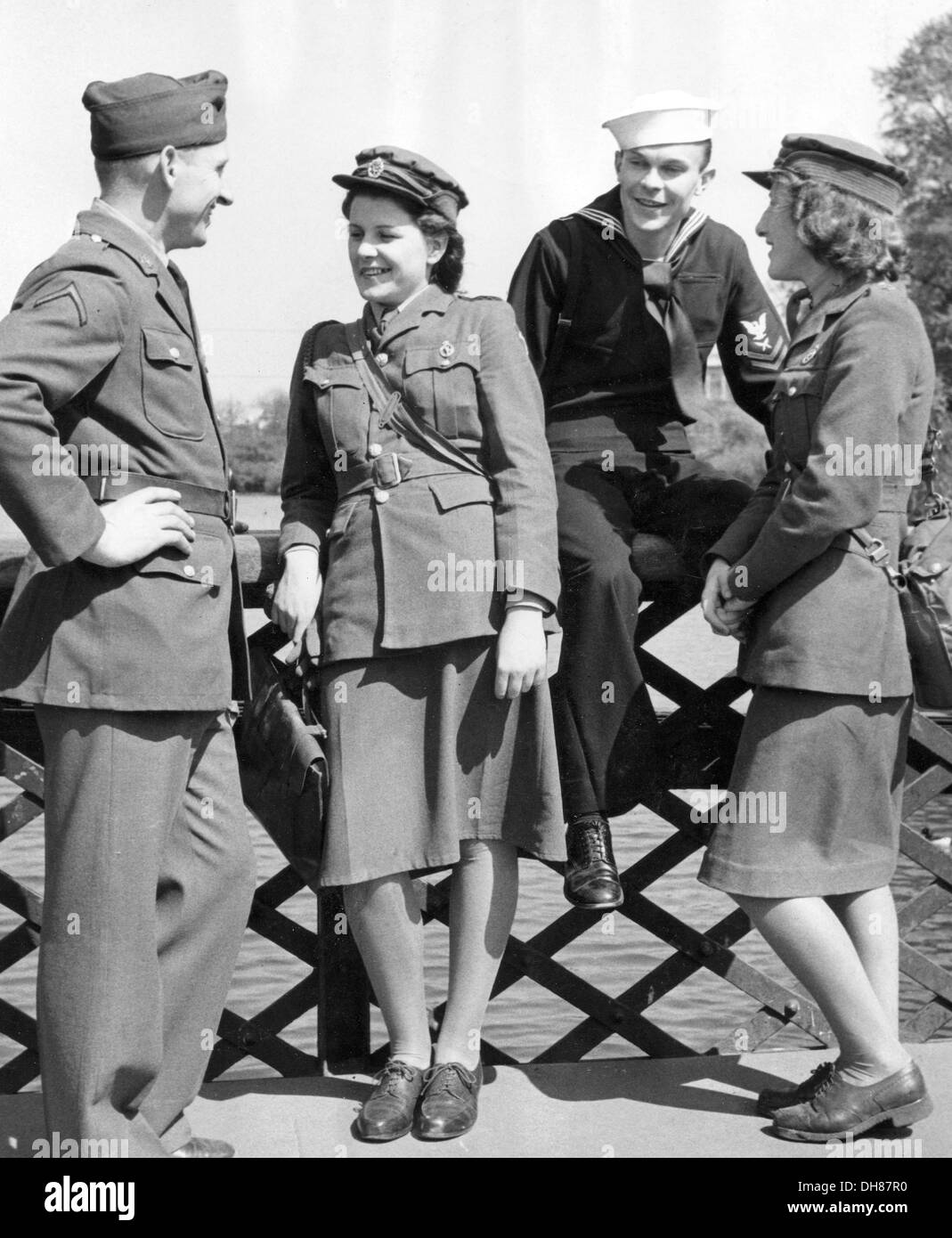 British ATS girls chat with US Servicemen during WW11 - Stock Image