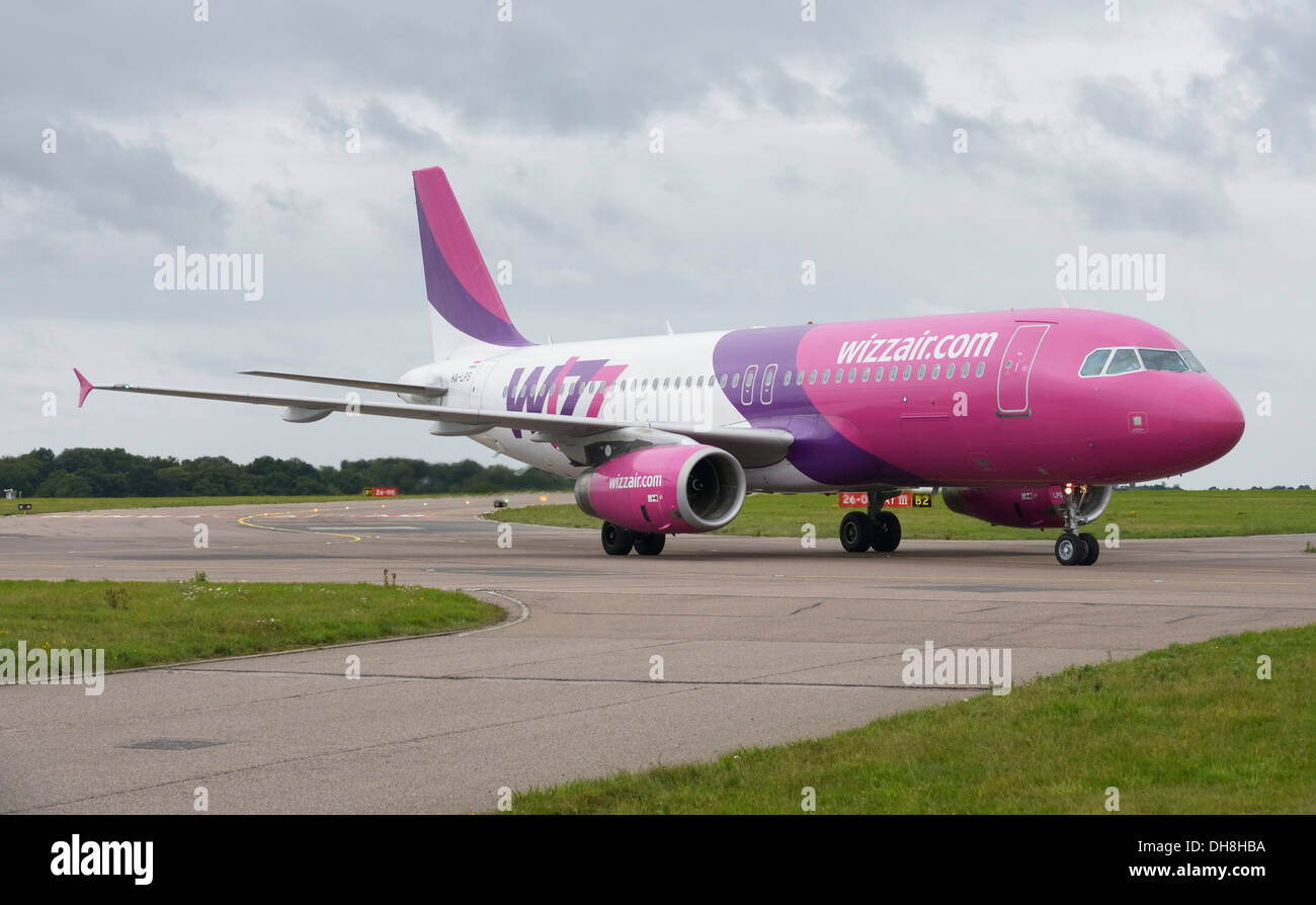 Wizz Air Airbus A320-200 taxiing to terminal - Stock Image