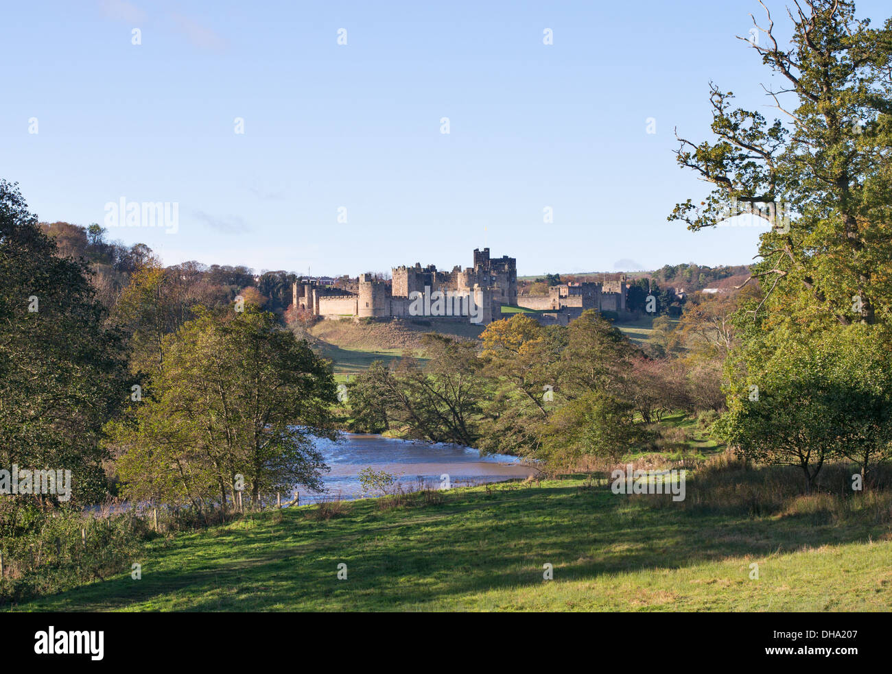 The river Aln passing Alnwick castle, Northumberland, England, UK - Stock Image