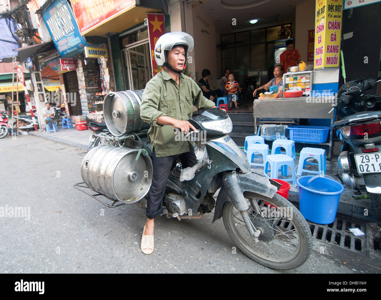 Bia Hoi draft beer delivery to the old quarter in Hanoi. - Stock Image