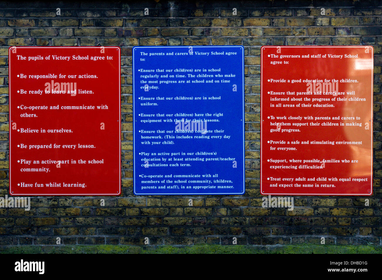 A school's Mission Statement, displayed outside, has rights and responsibilities for pupils, parents, governors and staff. - Stock Image