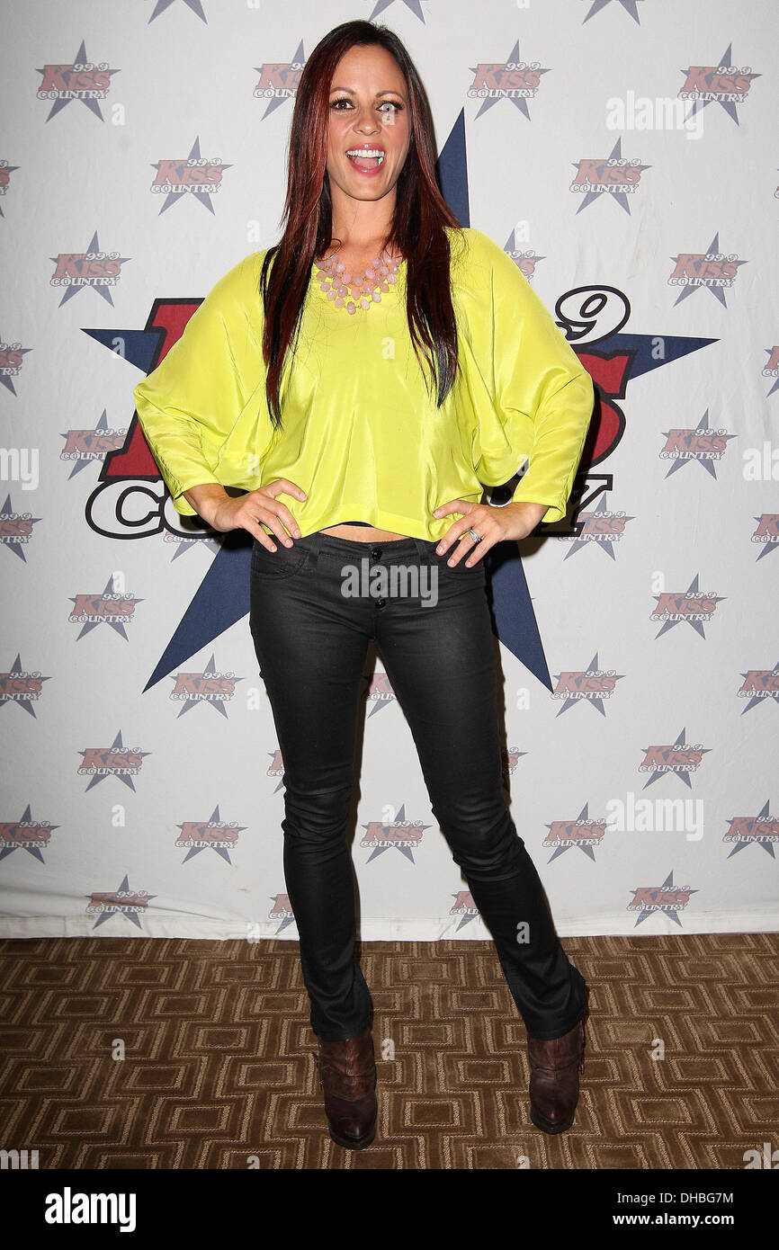Country Music Artist Sara Evans Performs At 999 Kiss Undercover Concert 400 Listeners Won Passes To Surprise Private