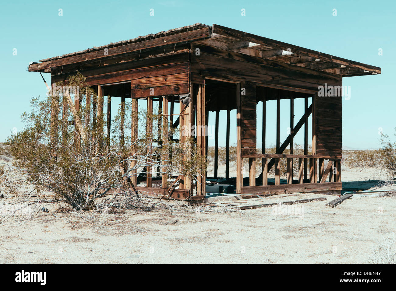 A small abandoned building in the Mojave desert landscape. - Stock Image