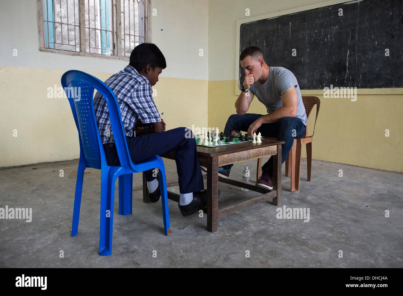 CHENNAI, India (Nov. 5, 2013) Ensign Matias del Castillo, (right) assigned to the Arleigh Burke-class guided-missile destroyer USS McCampbell (DDG 85), plays a game of chess with a student of the Hyder Garden Matric School as a part of a community service - Stock Image