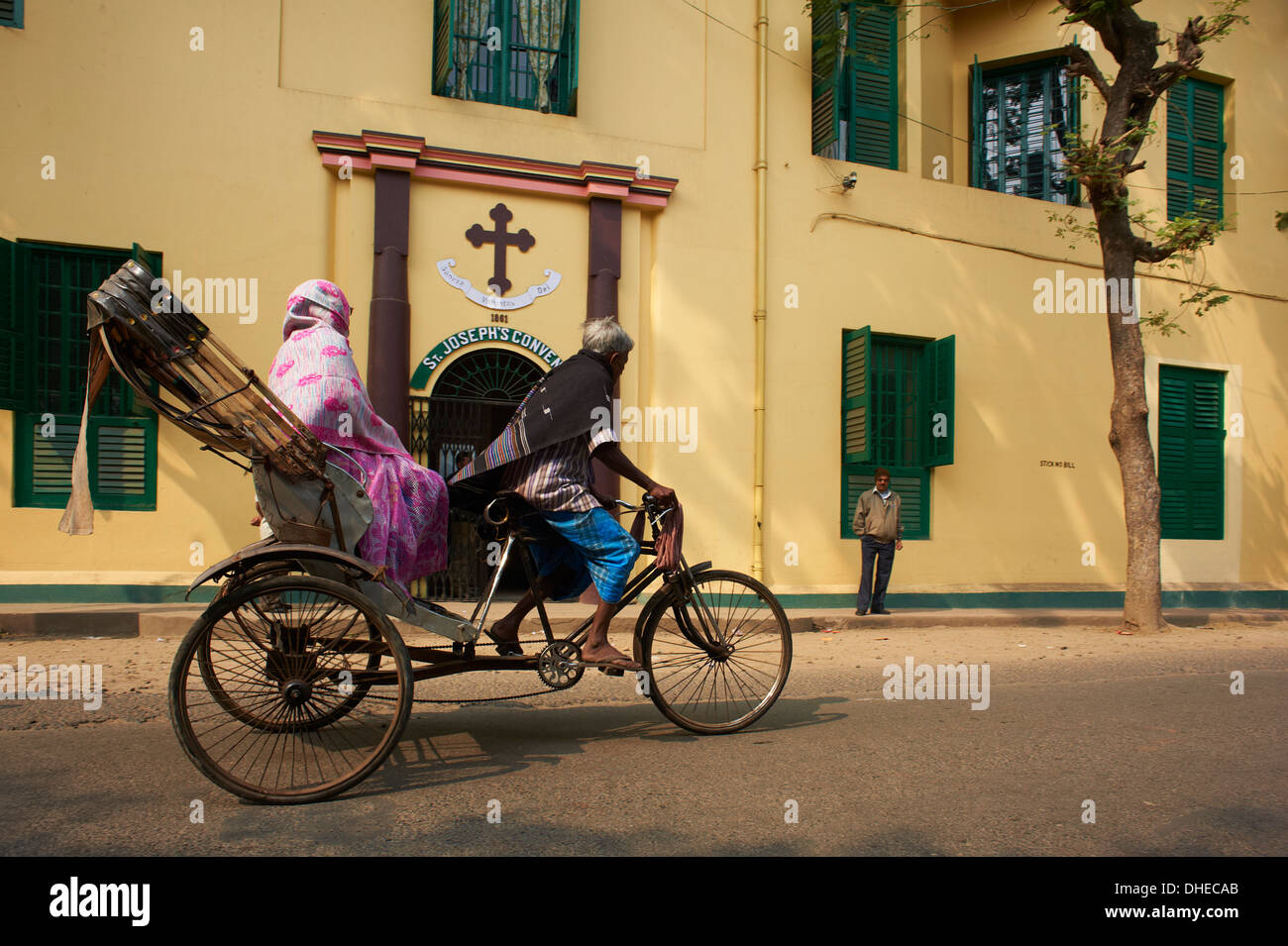 Rickshaw in front of St. Joseph's Convent, Chandernagor (Chandannagar), former French colony, West Bengal, India, Stock Photo
