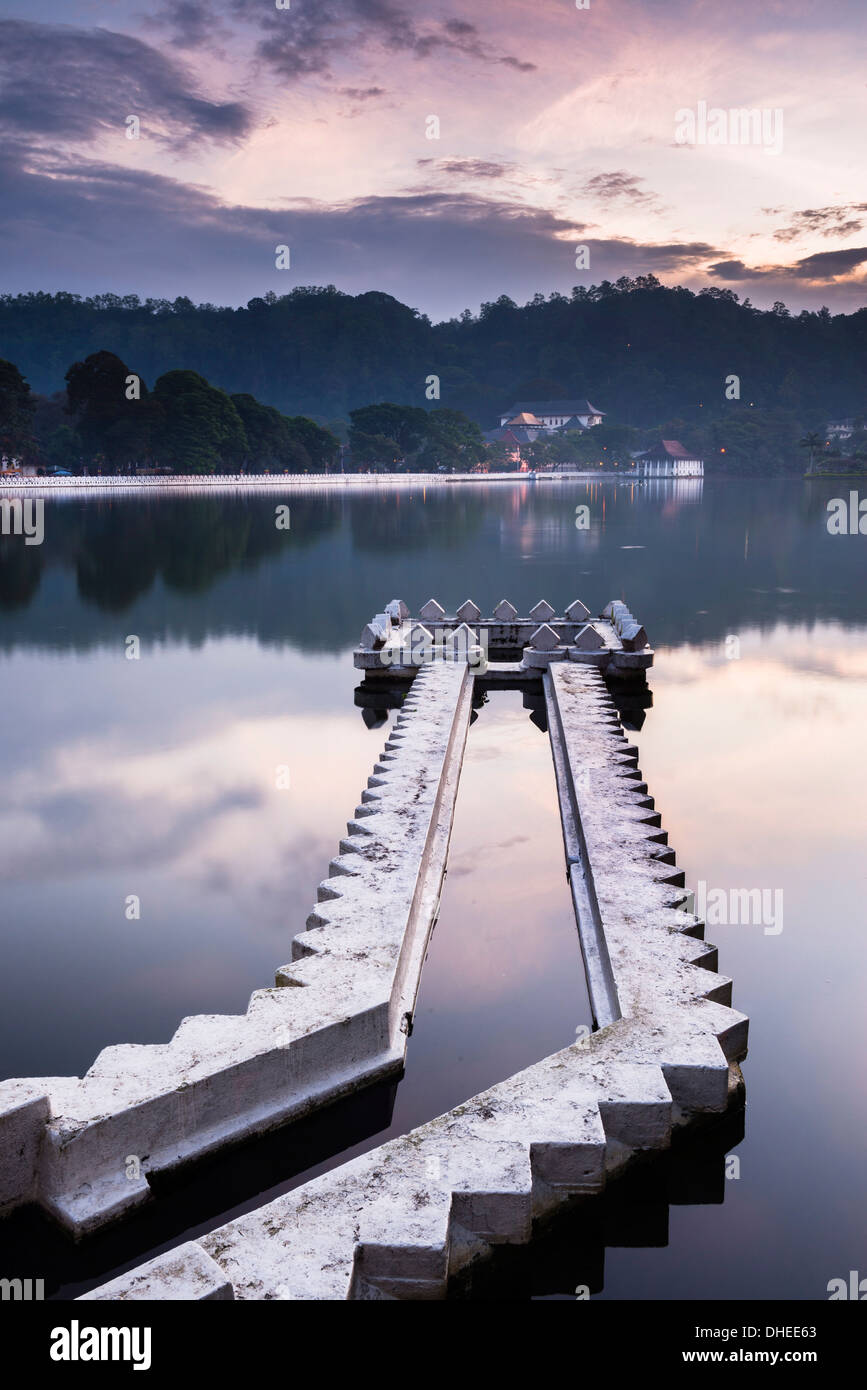 Kandy Lake and the Temple of the Sacred Tooth Relic (Sri Dalada Maligawa) at night, Kandy, UNESCO, Central Province, Sri Lanka - Stock Image