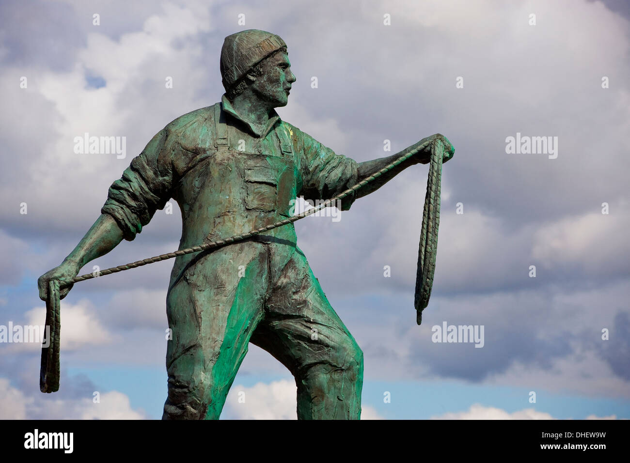 Newlyn statue of  a fisherman commemorating the dead and missing fisherman from harbours in Cornwall and the Isles of Scilly - Stock Image