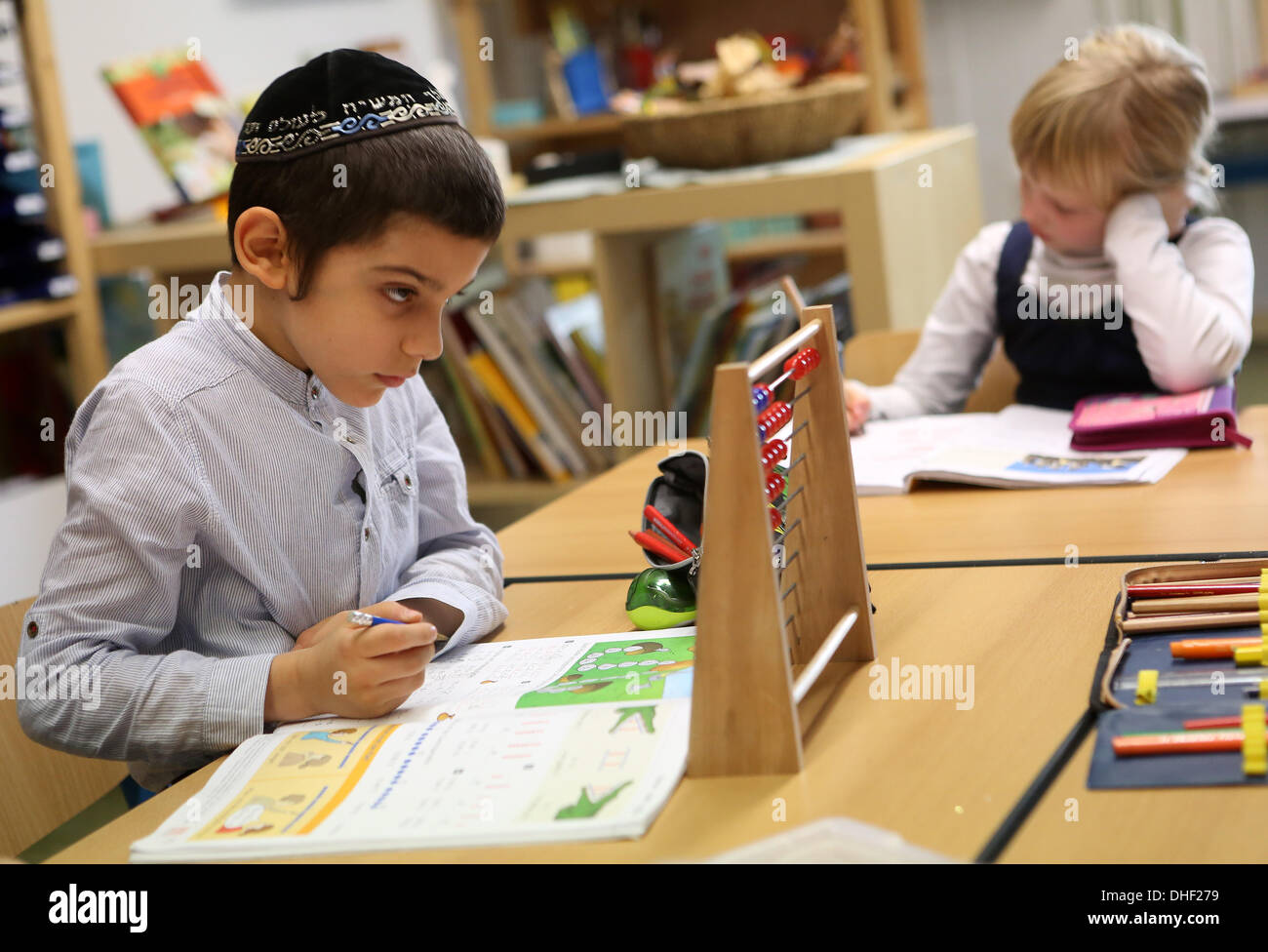 Berlin, Germany. 08th Nov, 2013. A child uses an abacus at the Or Avner Talmud-Torah Jewish seminary (yeshiva) as Rabbi David Baruch Lau, the Ashkenazi Chief Rabbi of Israel, visits one day prior to the 75th anniversary of Kristallnacht, also referred to as the Night of Broken Glass, in Berlin, Germany, on November 8, 2013. Credit:  Adam Berry/Alamy Live News - Stock Image