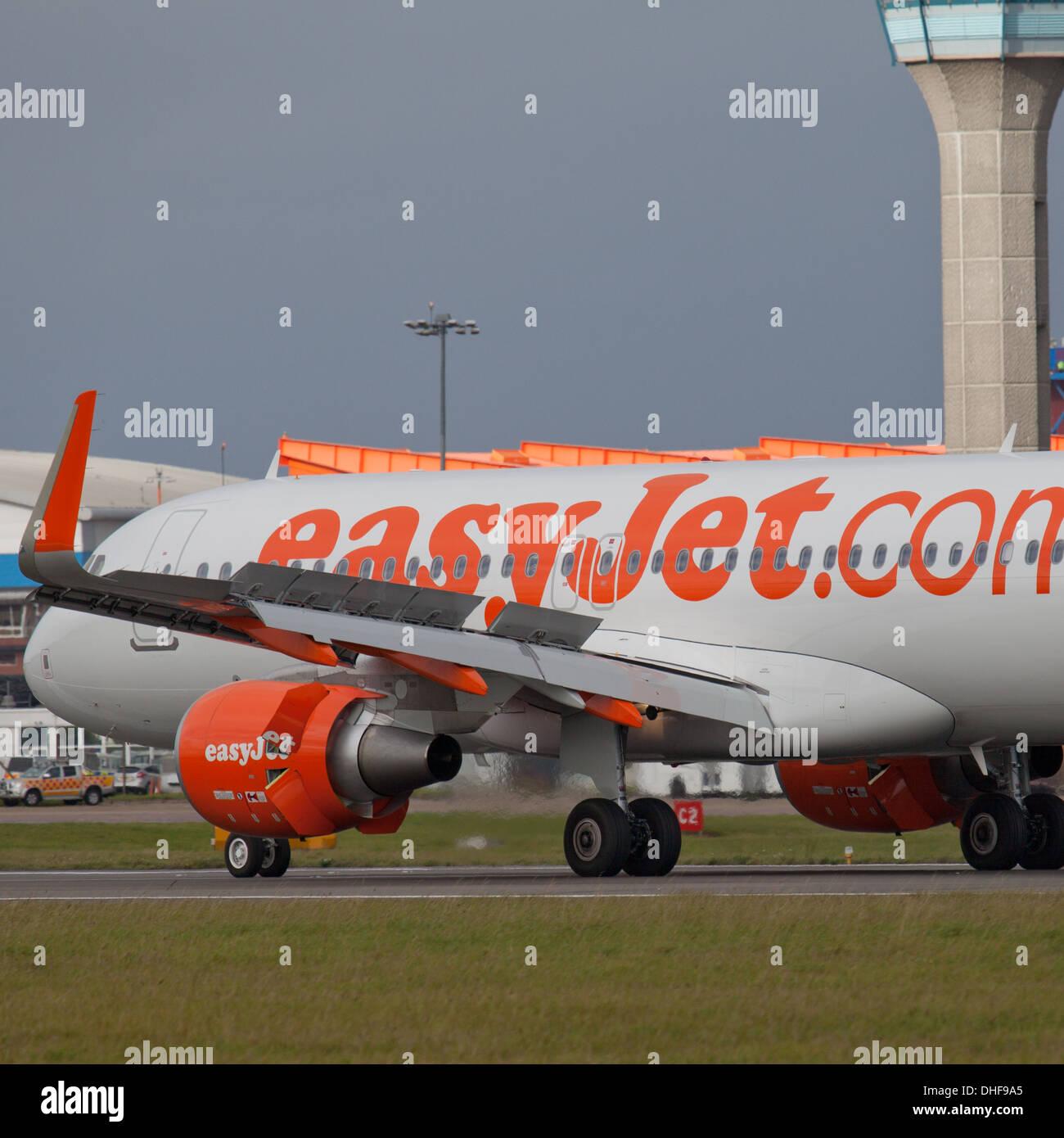 easyJet Airbus a320 G-EZWO landing at London-Luton Airport LTN - Stock Image