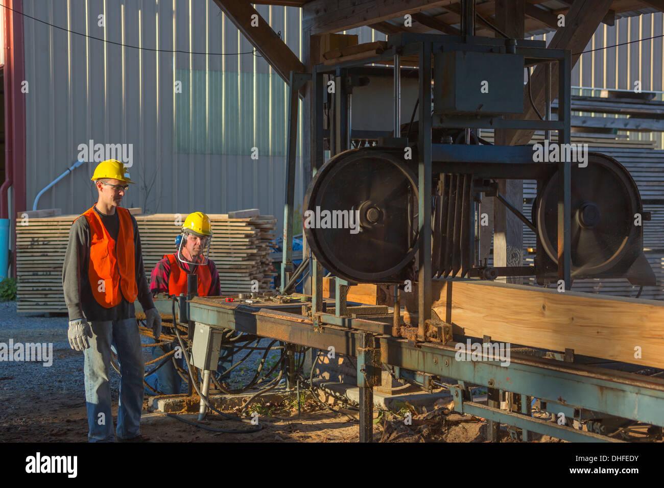 MANUAL HYDRAULIC SAWMILL WINDRIVER WOODWORKS LUMBER YARD JEFFERSON COUNTY PENNSYLVANIA USA - Stock Image
