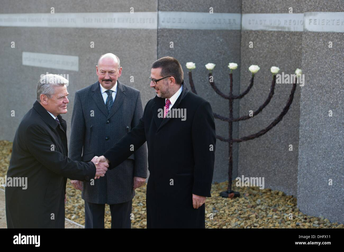 Eberswalde, Germany. 09th Nov, 2013. General secreatary of the Central Council of Jews in Germany Stephan J. Kramer (R), Federal President Joachim Gauck (L) and Eberswalde's mayor Friedhelm Boginski stand in front of the memorial 'Wachsen mit Erinnerung' - 'Grow with Memory' to commemorate the Crystal Night 75 years ago in Eberswalde, Germany, 09 November 2013. Photo: PATRICK PLEUL/dpa/Alamy Live News - Stock Image