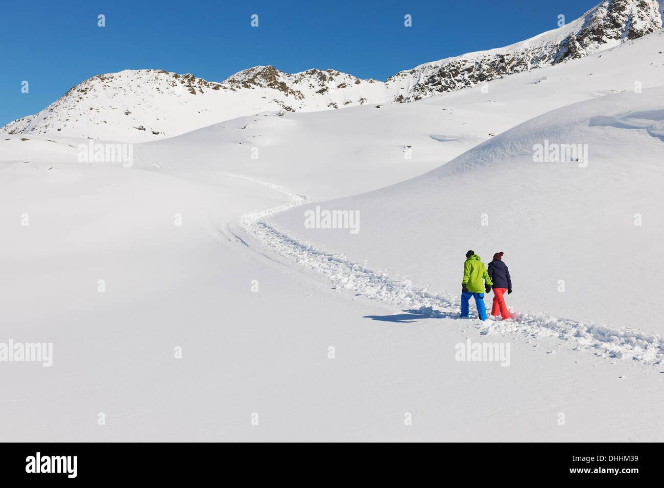 Couple walking in snow, Kuhtai, Austria - Stock Image