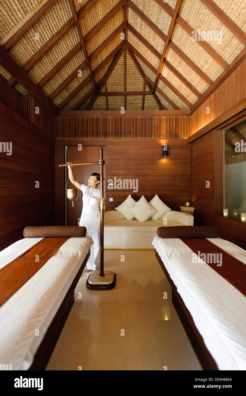 Therapist prepares treatment room for guest at Park Hyatt Maldives Hadahaa, Gaafu Alifu Atoll, North Huvadhoo Atoll, Maldives - Stock Image