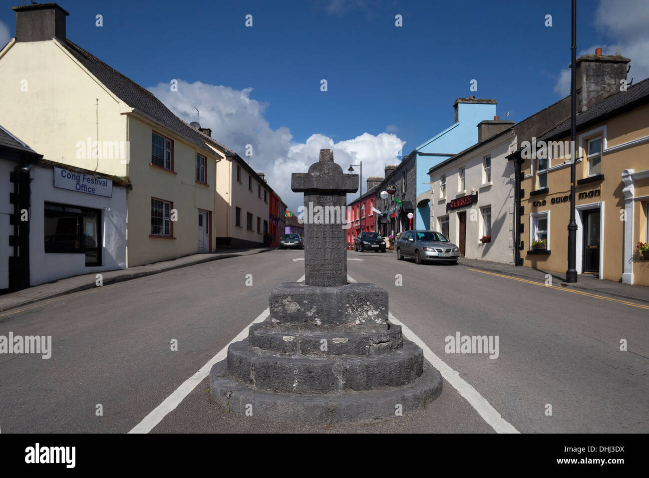 The 13th - 14th Century Market Cross - and Quiet Man Pub behind, Cong, County Mayo, Ireland - Stock Image