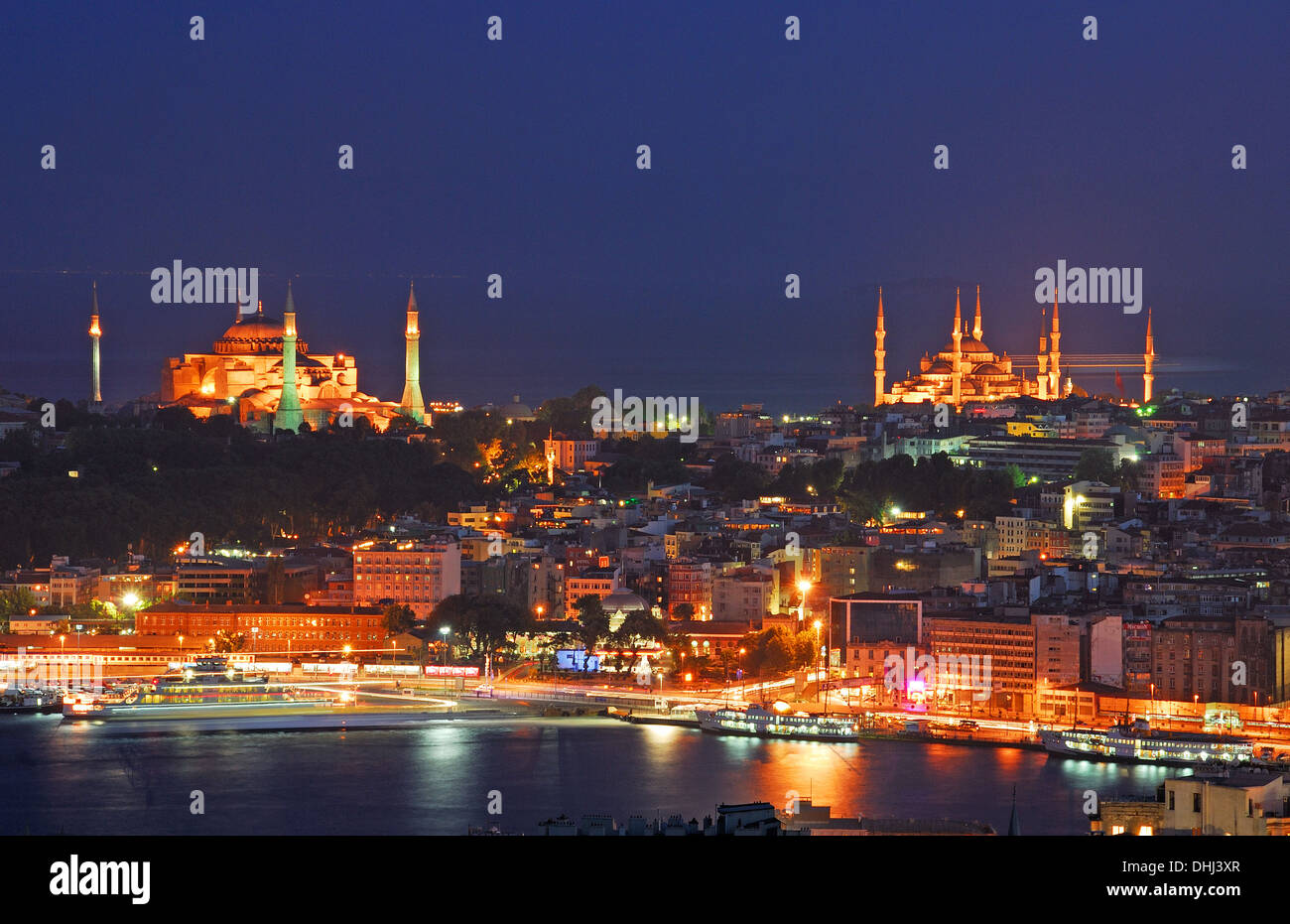 ISTANBUL, TURKEY. A nighttime view of Eminonu and Sultanahmet, the Golden Horn, Aya Sofia (left) and the Blue Mosque (right). - Stock Image