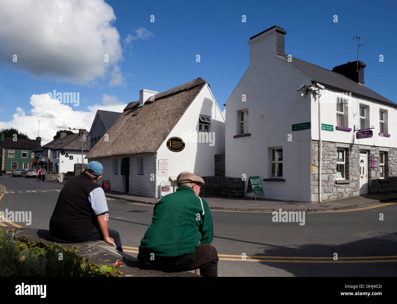 Thatched Cottage now the 'Quiet Man' museum - and gift shop, Cong, County Mayo, Ireland - Stock Image