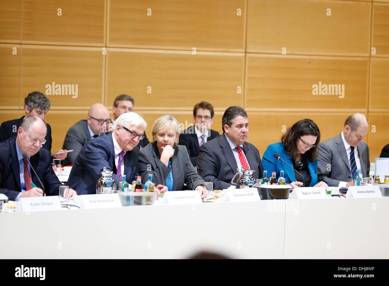 Berlin, Germany. 11th Nov, 2013. Berlin, Germany. 11th November, 2013. CDU/CSU and SPD continue the coalition negotiations at SPD Central Pertei in Berlin. / Picture: Peer Steinbrueck (SPD), Frank-Walter Steinmeier (SPD), Hannelore Kraft (SPD), Sigmar Gabriel (SPD), SPD Chairman, and Andrea Nahles (SPD), during the negotiations in Berlin, on November 11, 2013.Photo: Reynaldo Paganelli/NurPhoto Credit:  Reynaldo Paganelli/NurPhoto/ZUMAPRESS.com/Alamy Live News - Stock Image