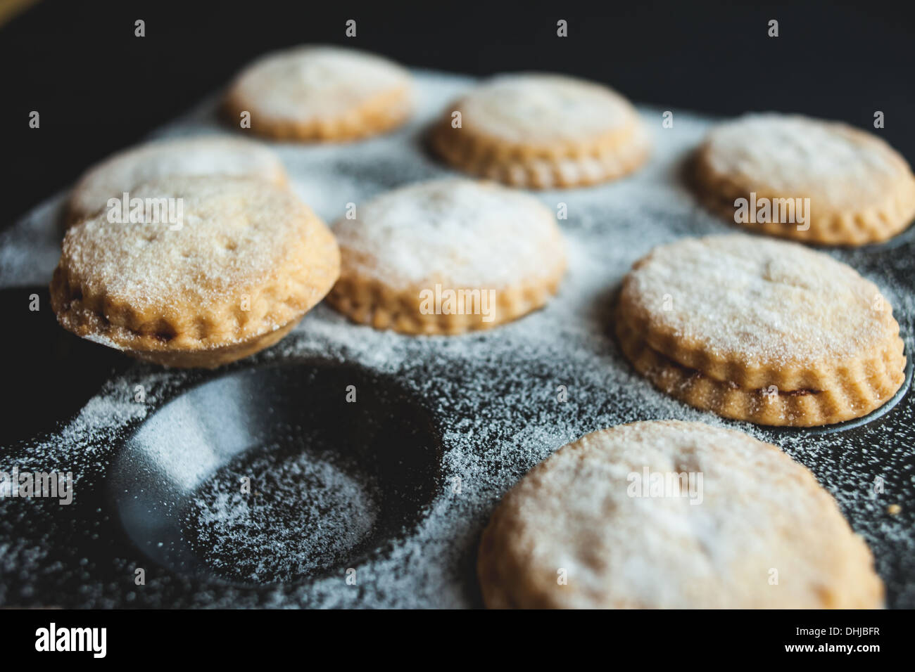 Freshly cooked mince pies in cake tin - Stock Image