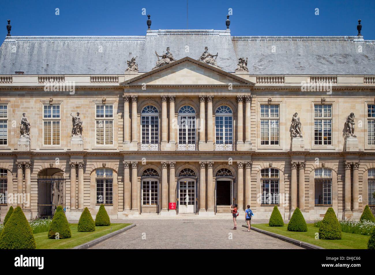 Tourists outside the National Archives Museum - originally Hôtel de Soubise, Marais, Paris France - Stock Image