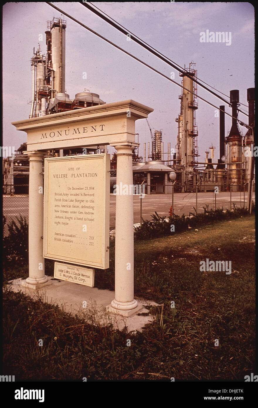 HISTORICAL MARKER NOTING PLANTATION SITE STANDS AT ENTRANCE TO REFINERY 286 - Stock Image