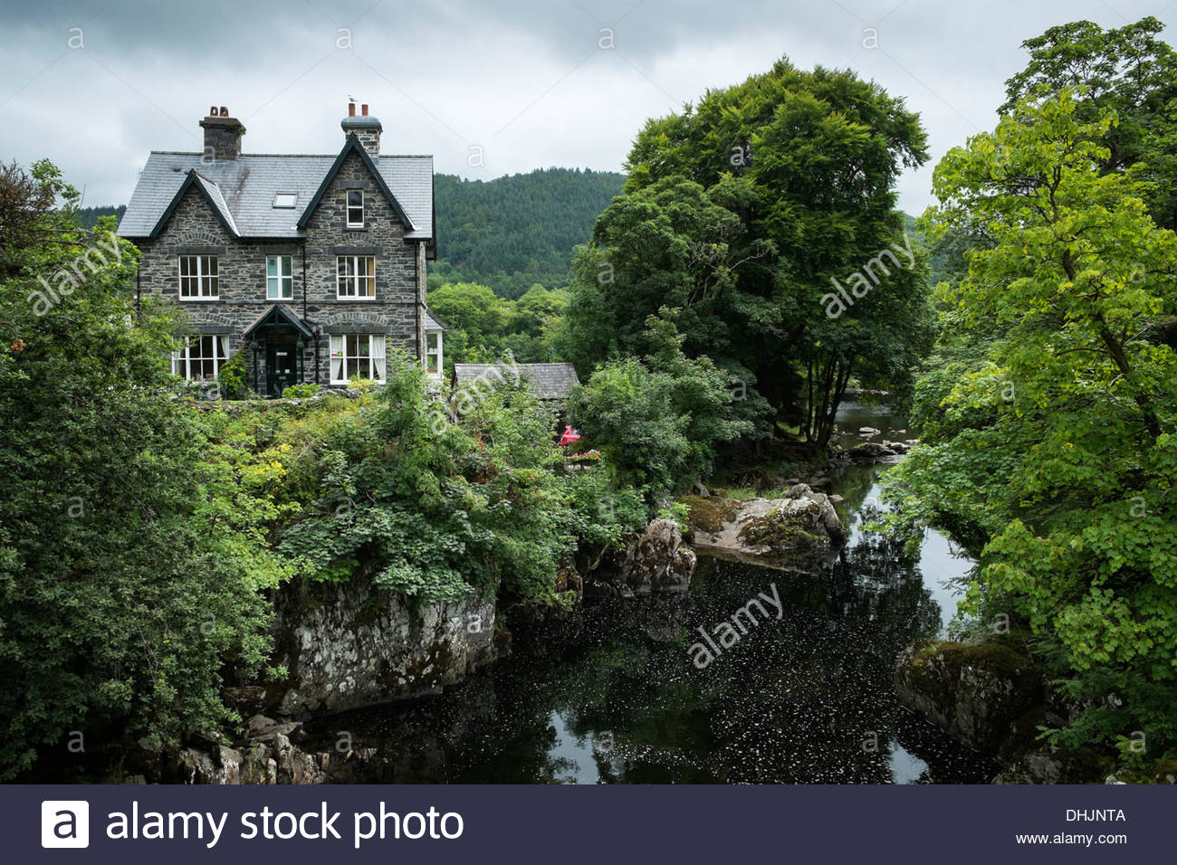 Great Britian, Wales, Caernarfonshire, Betws-y-Coed, old Guesthouse at Conwy river - Stock Image