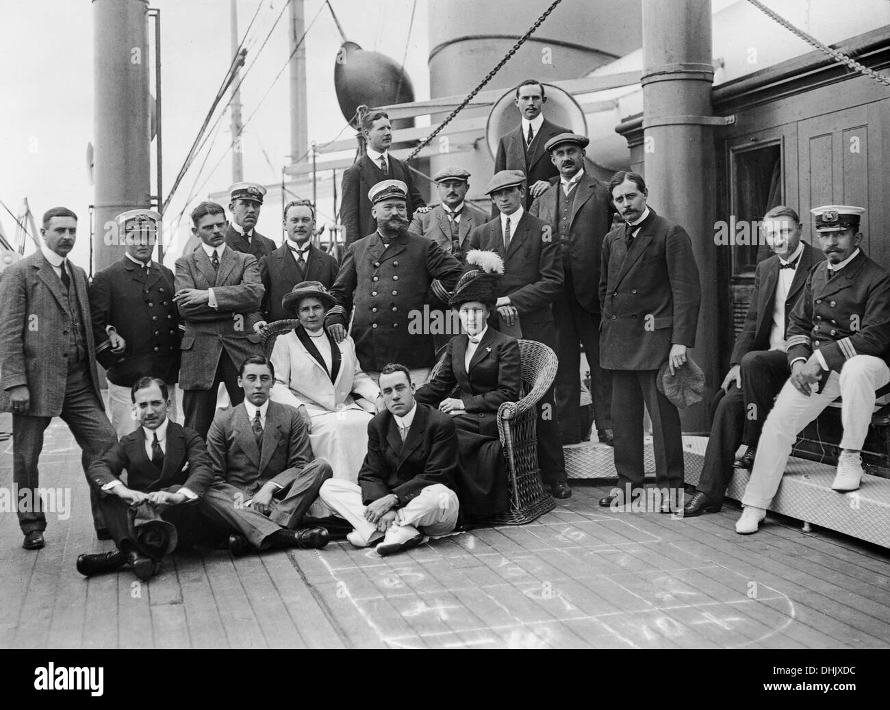 View of an ocean liner of the Hapag Hamburg (Hamburg America Line). Passengers are pictured with the captain and officers on deck, photograph taken around 1910. The image was taken by the German photographer Oswald Lübeck, one of the earliest representatives of travel photography and ship photography aboard passenger ships. Photo: Deutsche Fotothek/Oswald Lübeck - Stock Image