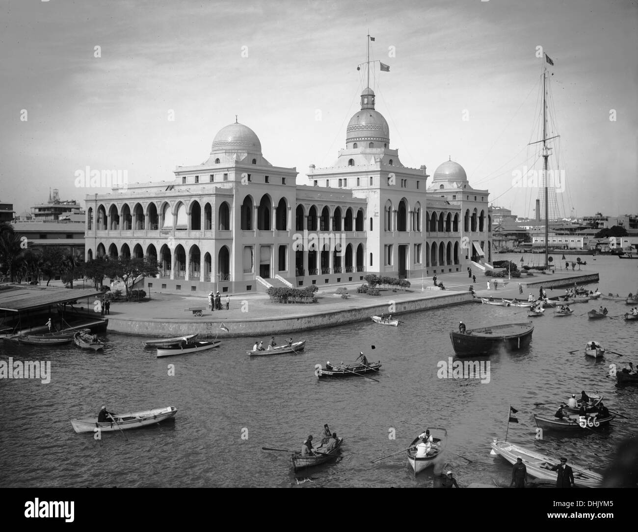 View of an office building on the Suez Canal in Port Said, Egypt, between 1911 and 1913. The image was taken by the German photographer Oswald Lübeck, one of the earliest representatives of travel photography and ship photography aboard passenger ships. Photo: Deutsche Fotothek/Oswald Lübeck. - Stock Image