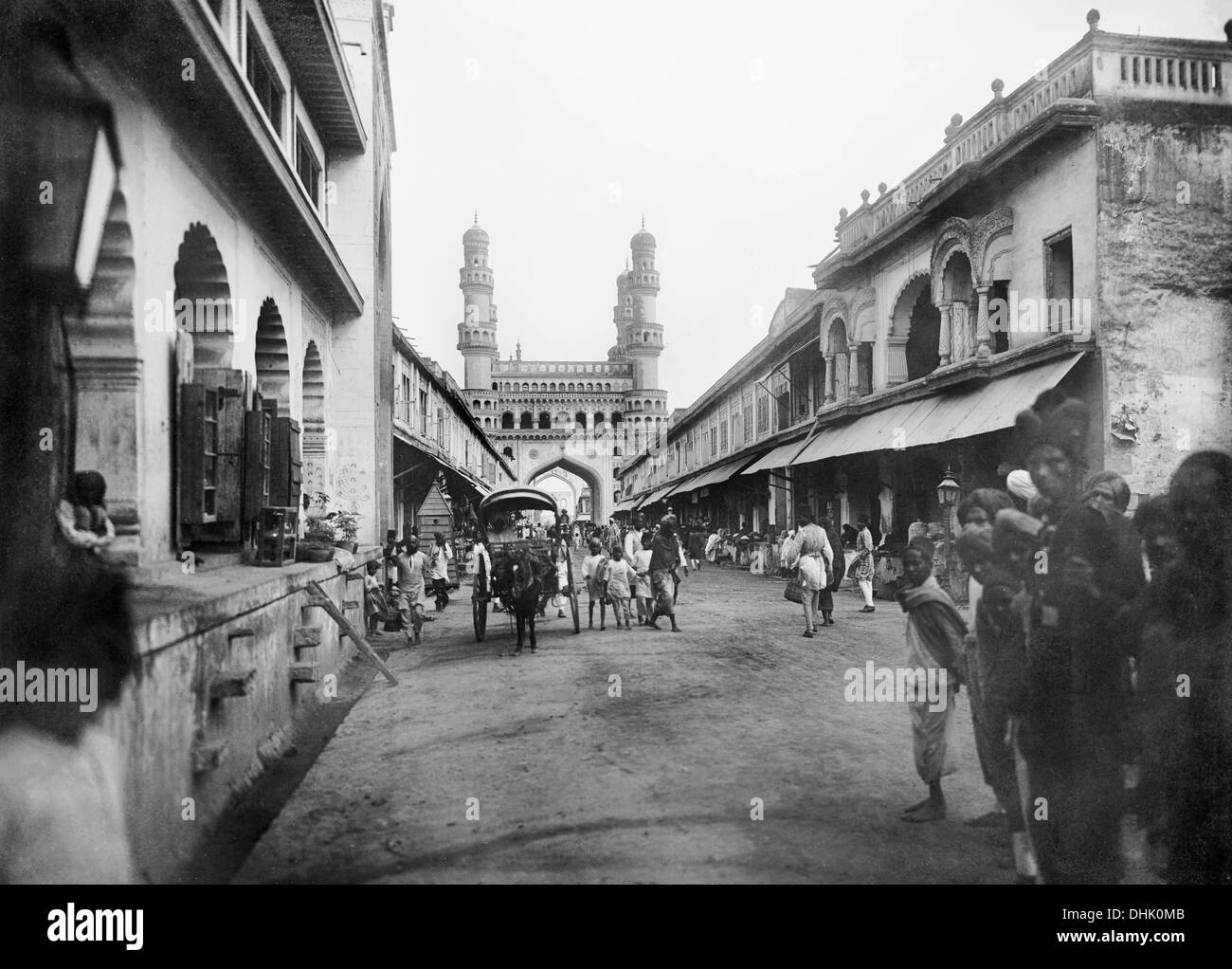 Street scene with view of Charminar in Hyderabad, India, undated photograph (1911/1913). The image was taken by the German photographer Oswald Lübeck, one of the earliest representatives of travel photography and ship photography aboard passenger ships. Photo: Deutsche Fotothek/Oswald Lübeck - Stock Image