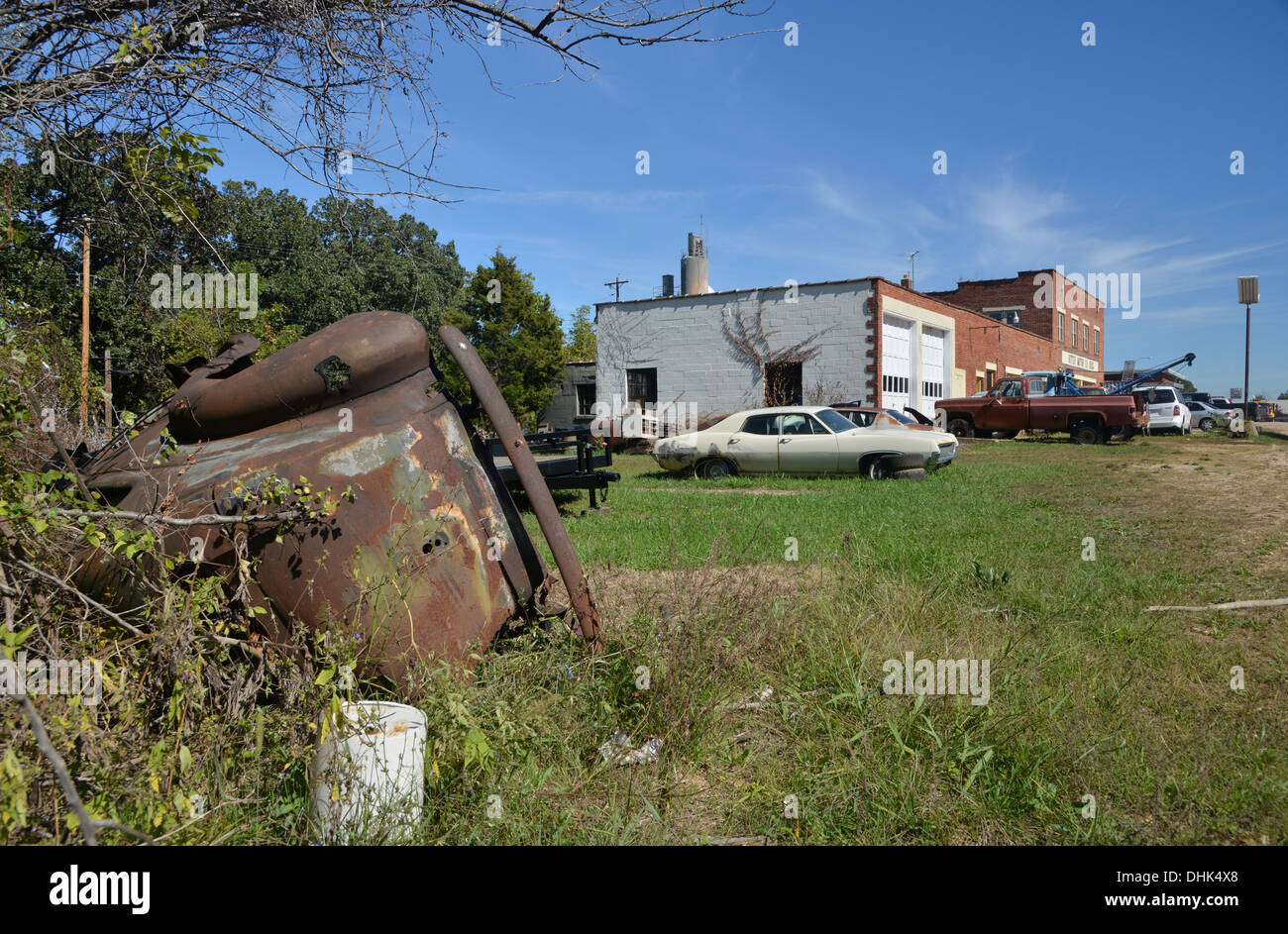Old cars outside Ritter Motor Company, St Claire, Missouri - an old family run garage along historic Route 66 - Stock Image