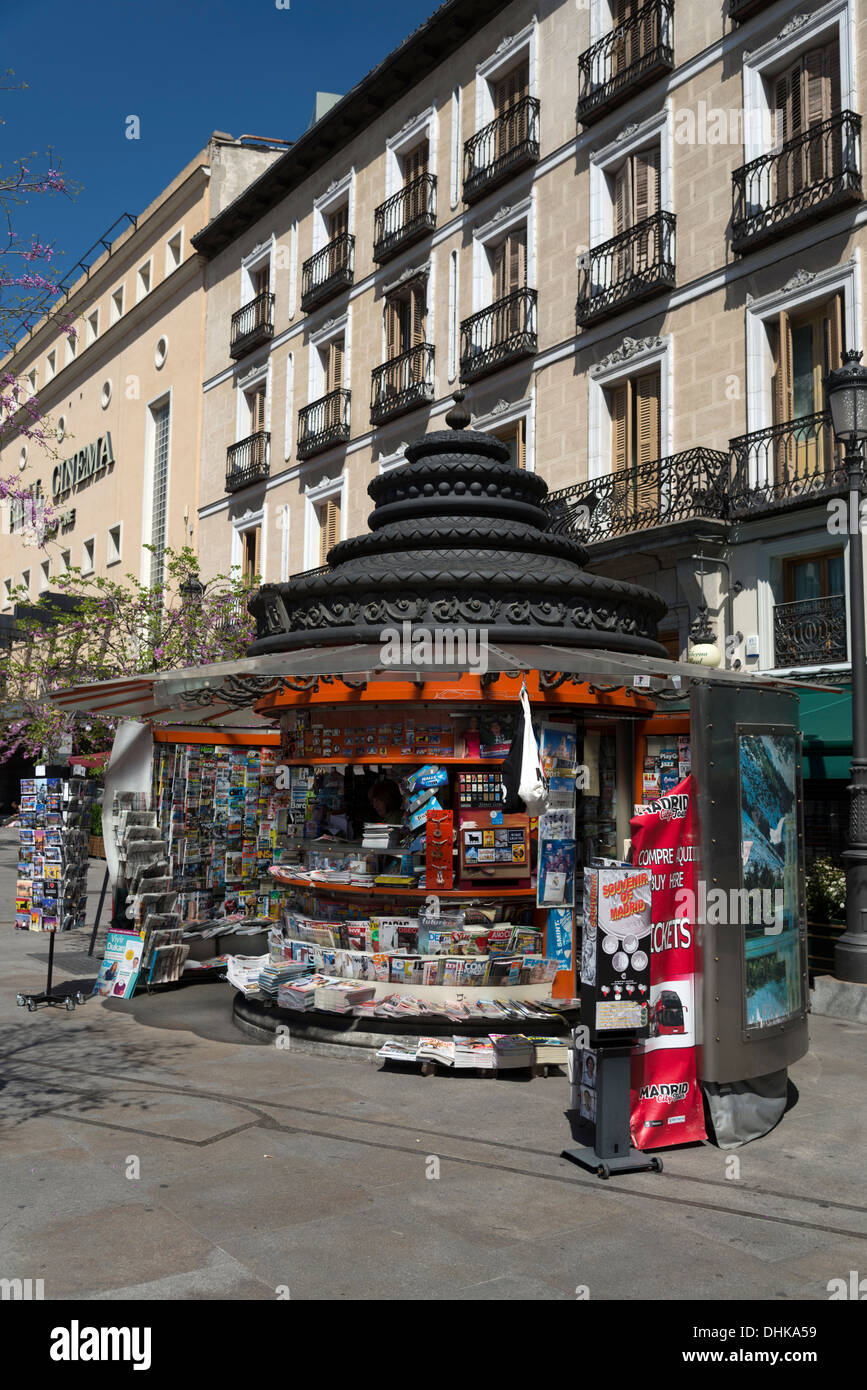 Newspaper and magazine kiosk in Plaza de Isabel II, Madrid, Spain - Stock Image