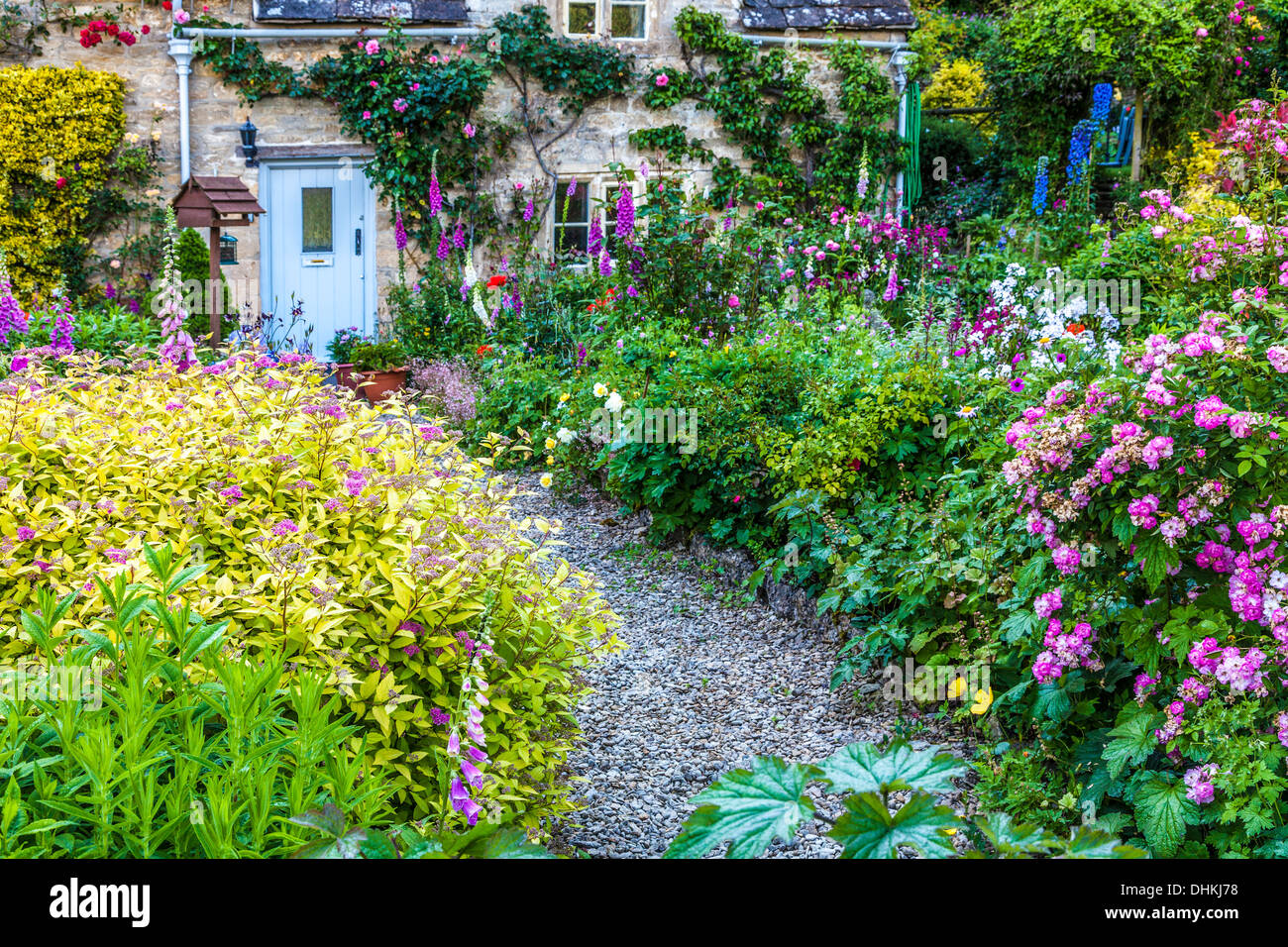 english cottage garden path flowers stock photos english cottage rh alamy com english cottage garden perennials traditional english cottage garden flowers